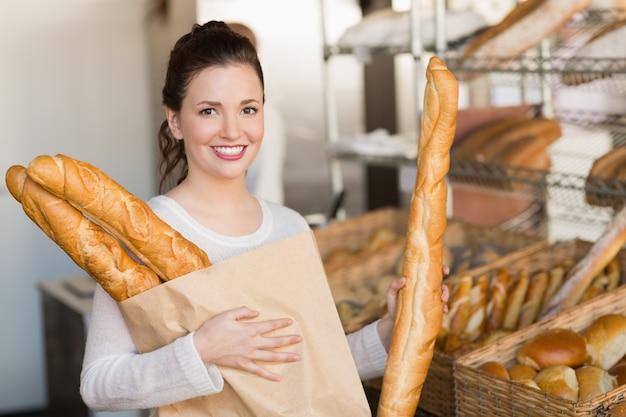 Jolie brune tenant le sac de pain