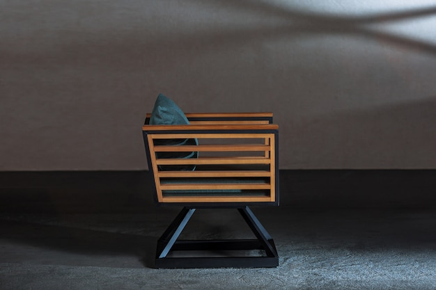 Jolie chaise en bois avec des coussins confortables