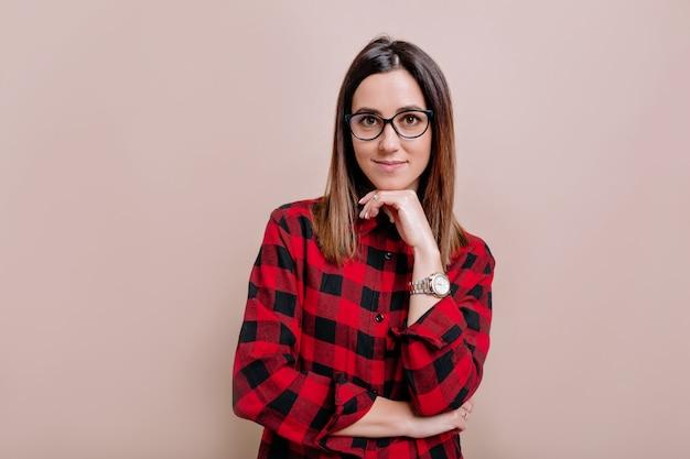 Jolie chemise habillée femme intelligente et lunettes, regardant avec satisfaction à l'avant, être heureux