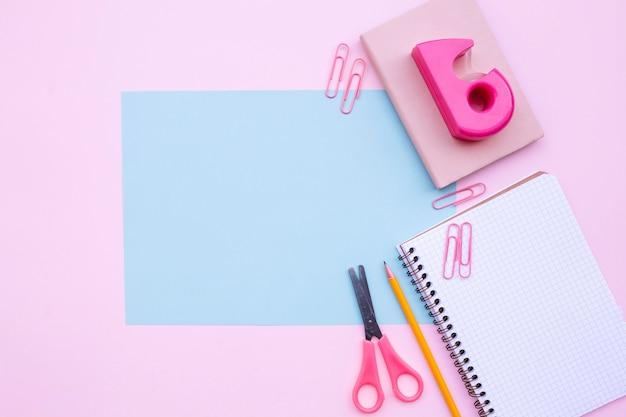 Jolie composition de bureau avec un cadre bleu clair pour maquette