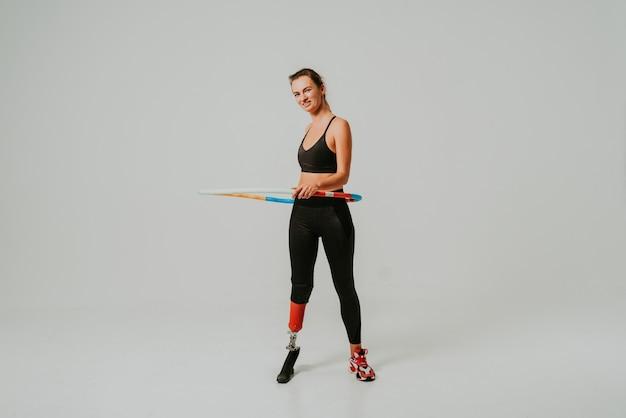 Jolie et confiante femme avec handicap de jambe avec cerceau