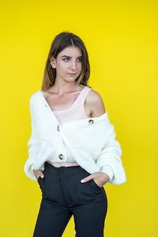 Jolie dame drôle gaie portant un pull en tricot blanc