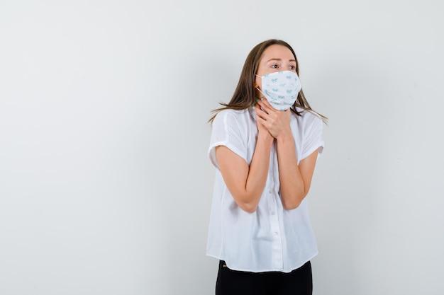 Jolie dame souffrant de maux de gorge