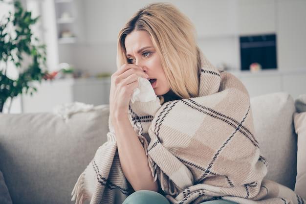 Jolie dame souffrante tenir une serviette en papier infection au coronavirus nez qui coule