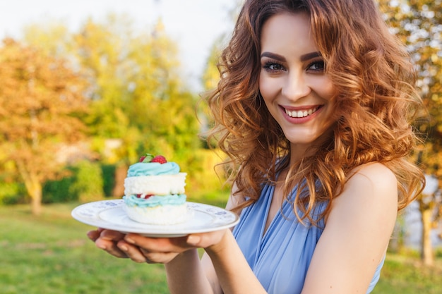 Jolie demoiselle d'honneur mange un gâteau de mariage