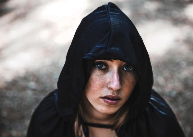 Jolie enchanteresse en cagoule noire