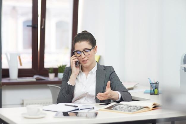 Jolie entrepreneur à l'aide de smartphone