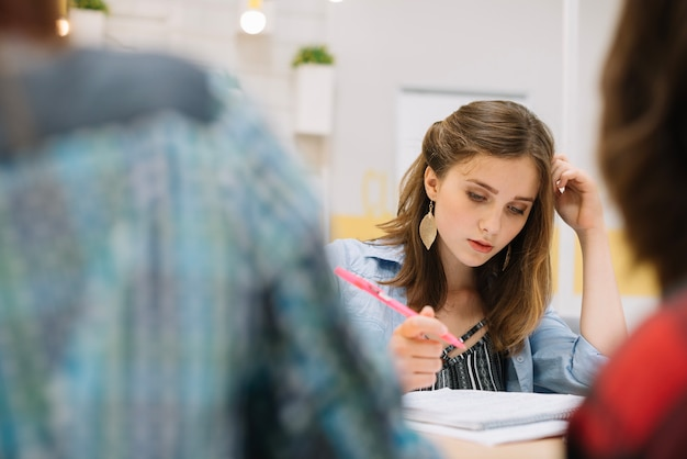 Jolie étudiante étudiant en bibliothèque