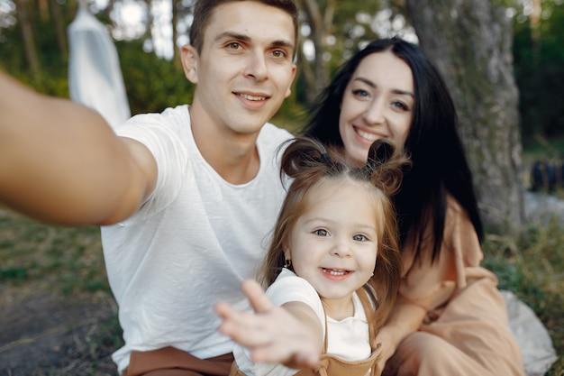 Jolie famille jouant dans un champ d'automne
