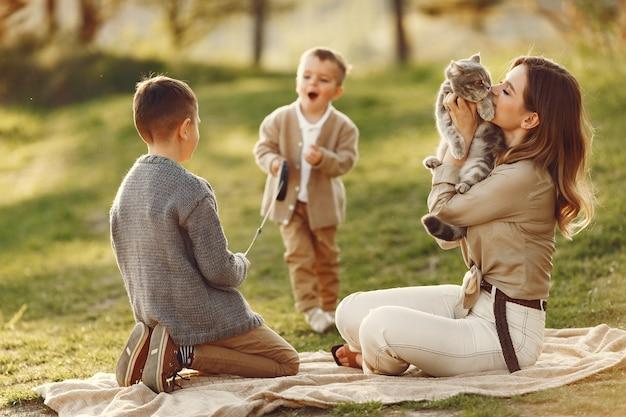 Jolie famille jouant dans un champ d'été