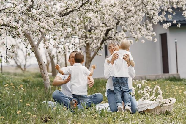 Jolie famille jouant dans une cour d'été