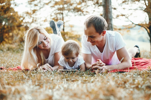 Jolie famille jouant dans un parc d'été
