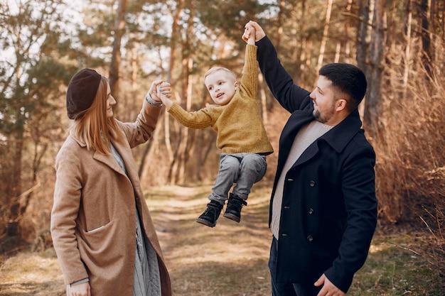 Jolie famille jouant dans un parc
