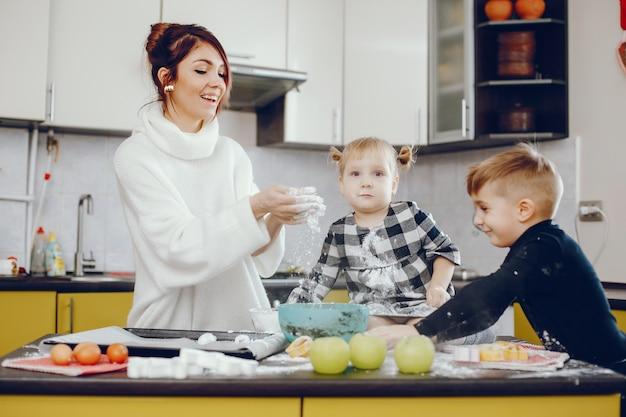 Jolie famille prépare le petit déjeuner dans une cuisine