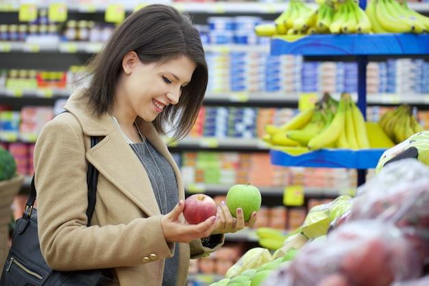 Jolie femme achète au supermarché