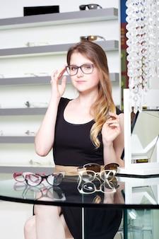 Jolie femme achète une nouvelle paire de lunettes