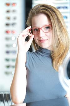 Jolie femme acheter de nouvelles lunettes