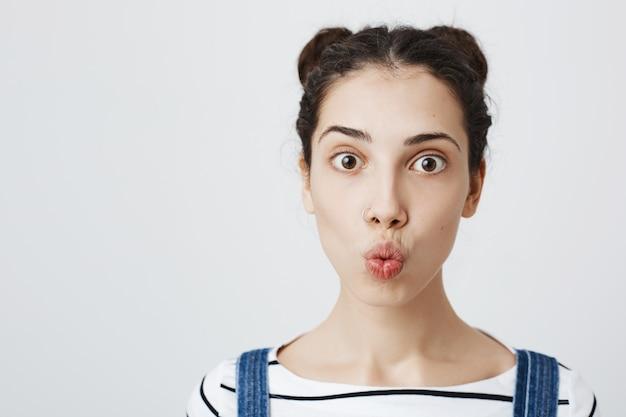 Jolie femme adolescente faisant la moue pour baiser