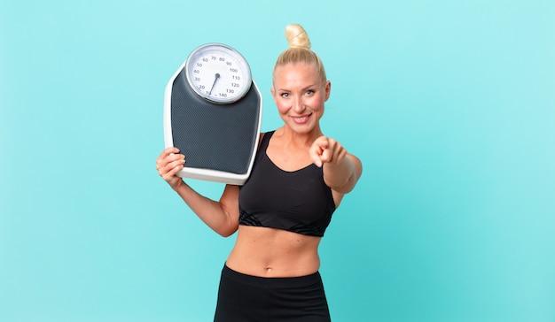 Jolie femme adulte avec une échelle de poids