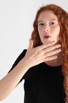 Jolie femme adulte enseignant la langue des signes