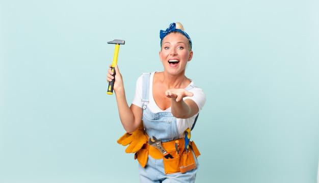 Jolie femme adulte avec un marteau. concept de réparation