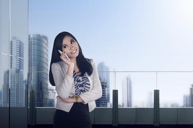 Jolie femme d'affaires asiatique
