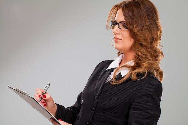 Jolie femme d'affaires caucasien avec dossier
