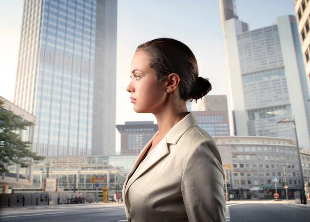 Jolie femme d'affaires dans la ville