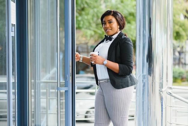 Jolie femme d'affaires devant le bureau