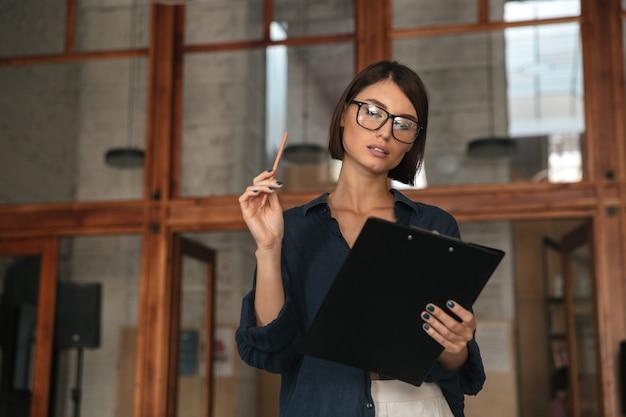 Jolie femme d'affaires à lunettes