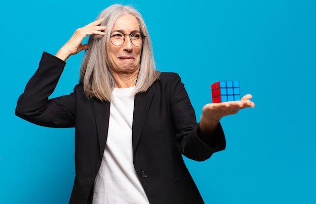 Jolie femme d'affaires senior avec un défi de renseignement. résoudre un problème concept