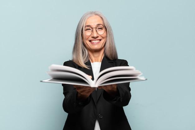 Jolie femme d'affaires senior avec un livre