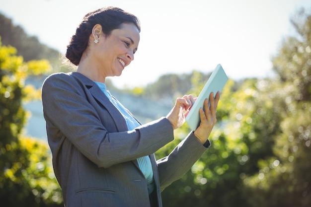 Jolie femme d'affaires avec tablette
