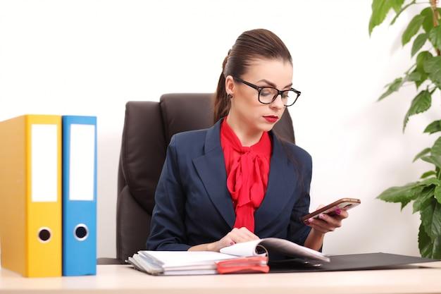 Jolie femme d'affaires travaillant au bureau