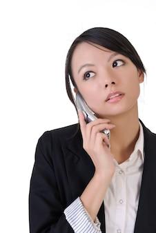 Jolie femme d'affaires utilise un téléphone portable, portrait gros plan sur fond blanc