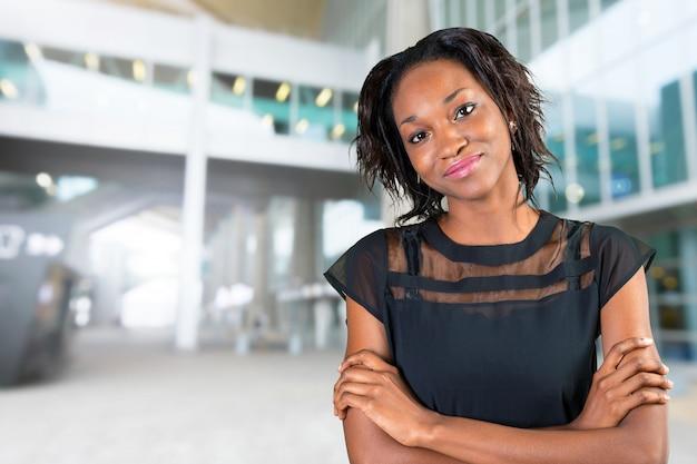 Jolie femme africaine noire debout