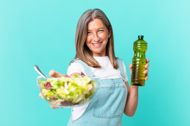 Jolie femme d'âge moyen ayant une salade.