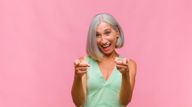 Jolie femme d'âge moyen se sentant heureuse, étonnée, chanceuse et surprise, comme dire omg sérieusement? incroyable
