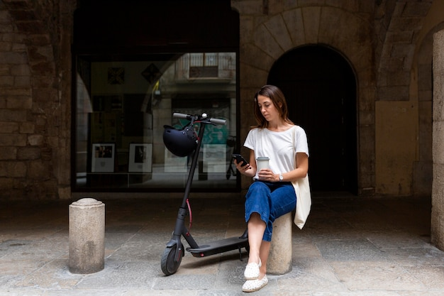 Jolie femme à l'aide d'un scooter écologique