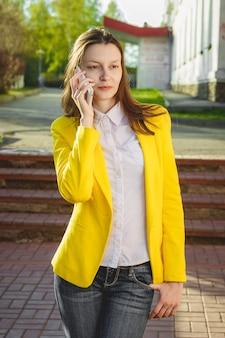 Jolie femme à l'aide d'un téléphone portable à l'extérieur.