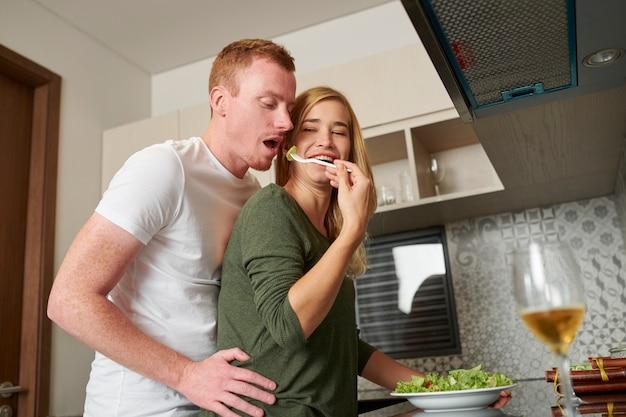 Jolie femme alimentation petit ami