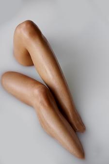 Jolie femme allongée dans le bain avec du lait, vue sur la jambe. personne de sexe féminin dans la baignoire, soins de beauté et de santé au spa, traitement de bien-être dans la salle de bain
