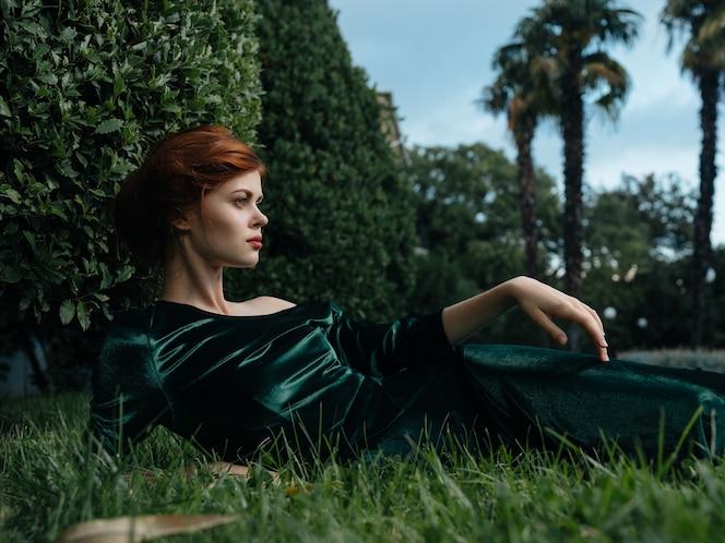 Jolie femme allongée sur la pelouse décoration jardin fantaisie