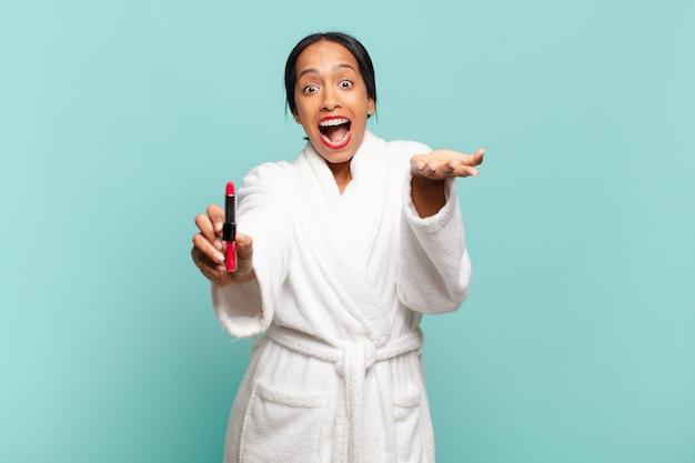 Une jolie femme américaine choquée ou surprise expression maquillage concept