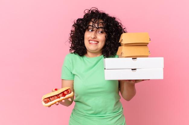 Jolie femme arabe avec des boîtes de restauration rapide à emporter