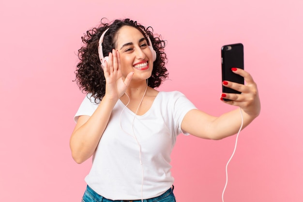 Jolie femme arabe avec des écouteurs.