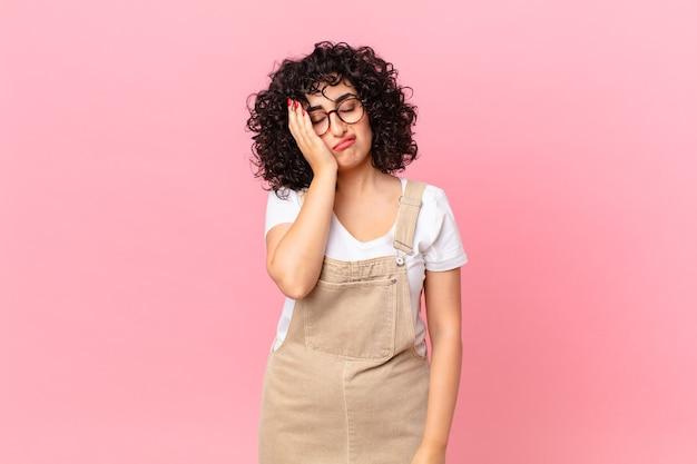 Jolie femme arabe se sentant ennuyée, frustrée et somnolent après un fastidieux