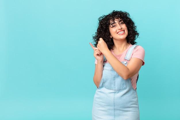 Jolie femme arabe se sentant heureuse et faisant face à un défi ou célébrant