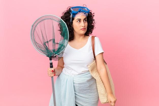 Jolie femme arabe se sentant triste, contrariée ou en colère et regardant de côté avec des lunettes. concept de pêcheur