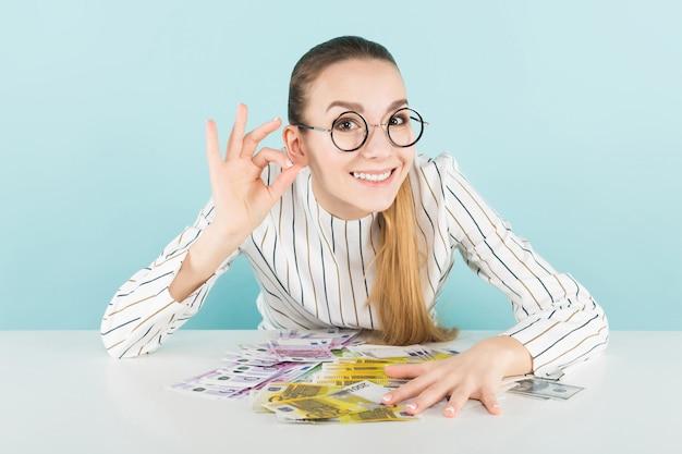 Jolie femme avec de l'argent